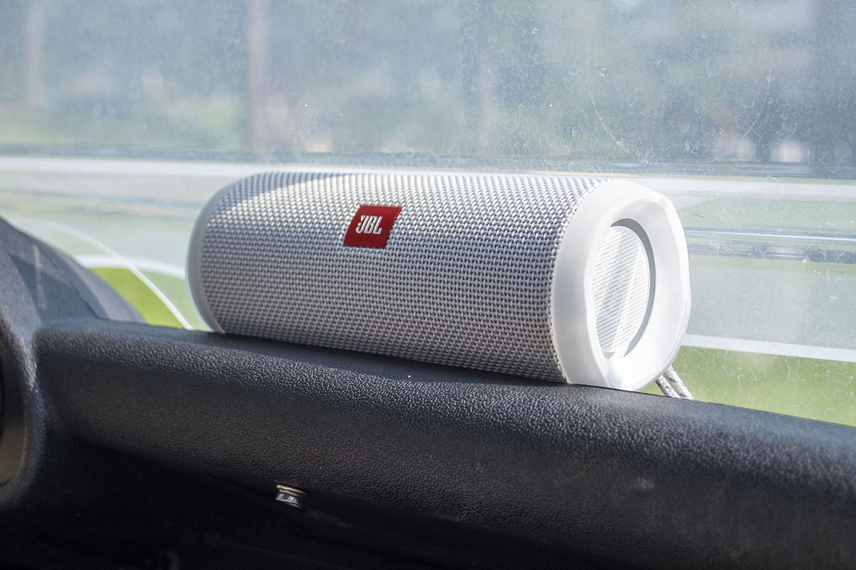 a photo of the JBL flip4 bluetooth speaker